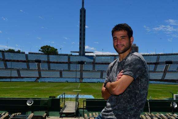 Nicolas Lodeiro en el Estadio Centenario con la Torre de los Homenajes de fondo. Foto: Francisco Flores.