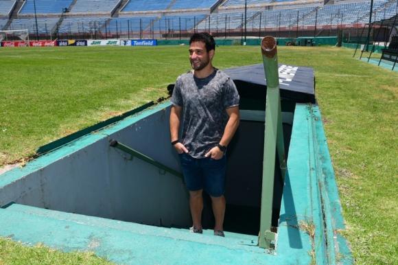 Nicolás Lodeiro en la puerta de uno de los túneles del Estadio Centenario. Foto: Francisco Flores.