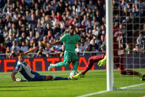 Vinicius en una acción ofensiva en el triunfo del Real Madrid. Foto: EFE.