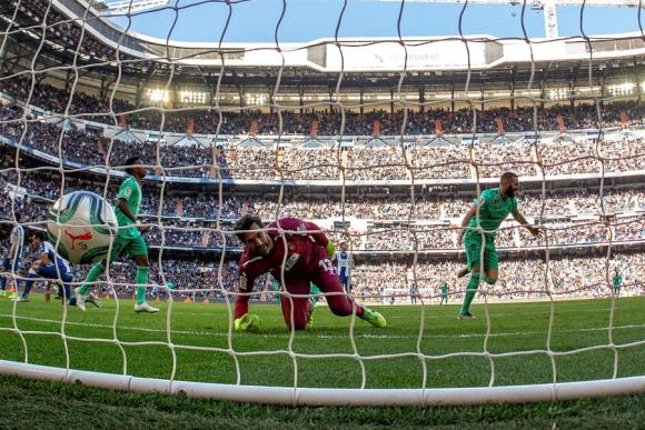 El gol de Karim Benzema para el 2-0 del Real Madrid tras pase de Valverde. Foto: EFE.