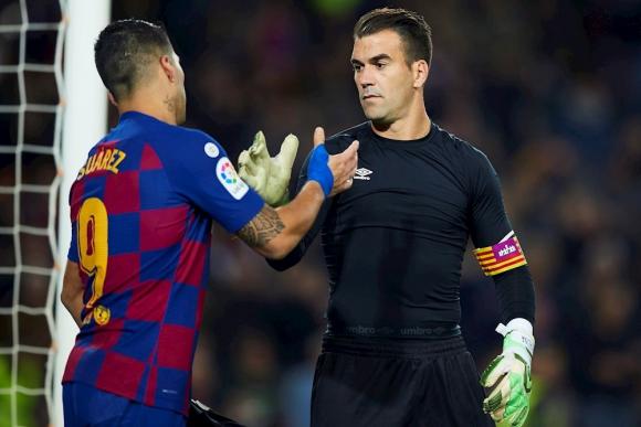 Manolo Reina, arquero y capitán del Mallorca, le cambia la camiseta a Luis Suárez tras el gol de taco.