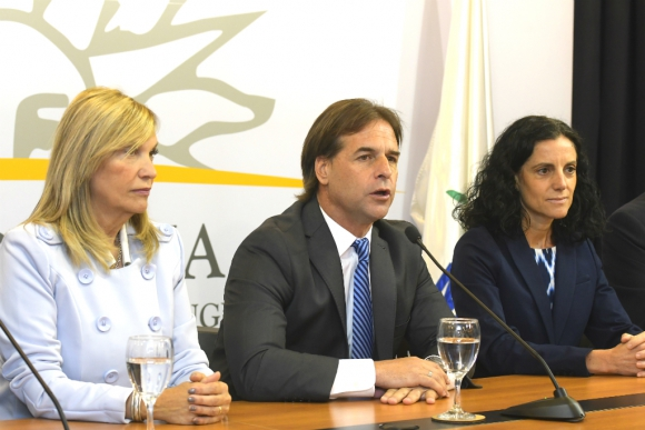 Lacalle Pou en conferencia de prensa con parte de su gabinete. Foto: Leonardo Mainé