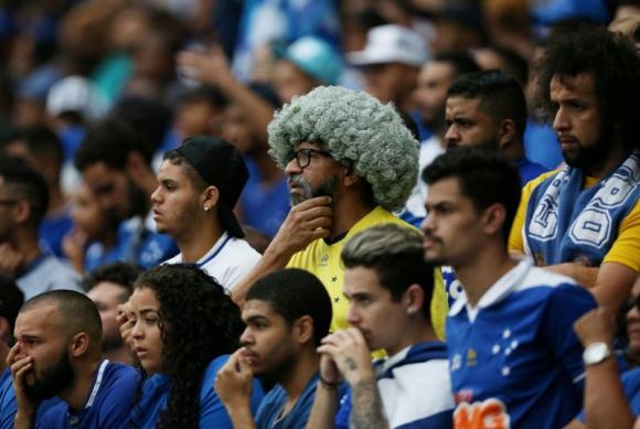 Hinchas del Cruzeiro tras el descenso de su equipo. Foto: Reuters.