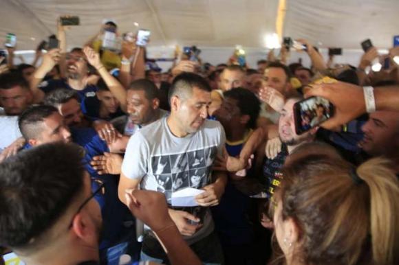 Juan Román Riquelme ingresando a la zona de votación. Foto: La Nación / GDA.