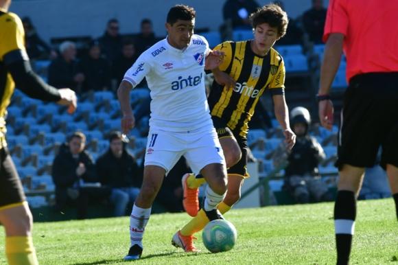 Gonzalo Castro junto a Facundo Pellistri durante el clásico del Torneo Intermedio. Foto: Gerardo Pérez.