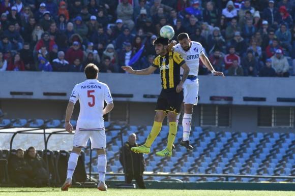 Lucha aérea. Guzmán Corujo y Gastón Rodríguez en el clásico Nacional vs. Peñarol