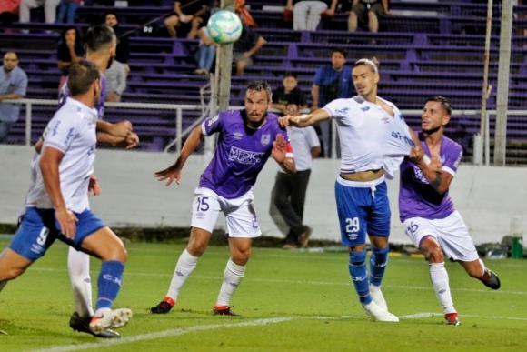 La falta no cobrada de Mauricio Gómez a Thiago Vecino en el Defensor Sporting vs. Nacional que no fue penal