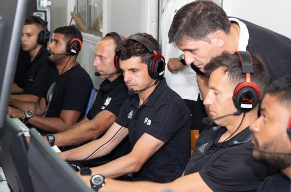 Daniel Fedorczuk, Andrés Cunha y Nicolás Tarán en el VAR con tres operadores y Darío Ubríaco.