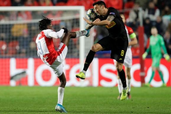 Matías Vecino en el juego entre Slavia Praga e Inter. Foto: Reuters.