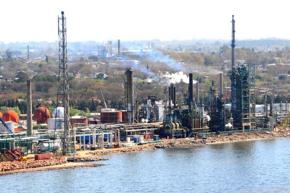 Vista aérea de la refinería de Ancap en La Teja. Foto: Ricardo Figueredo