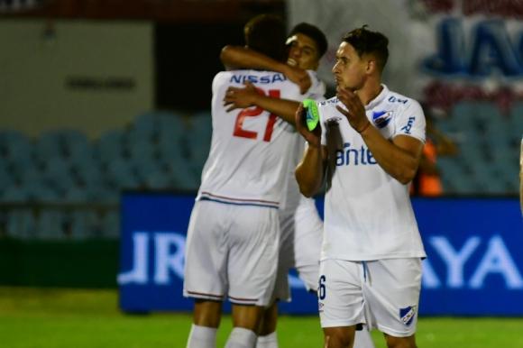 Armando Méndez y Mathías Laborda celebran tras el triunfo clásico en la final del Clausura. Foto: Gerardo Pérez.
