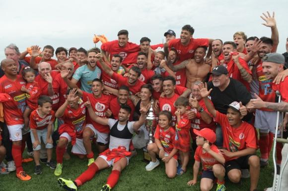 El festejo de los jugadores de Rentistas tras lograr el ascenso a Primera División. Foto: Marcelo Bonjour.
