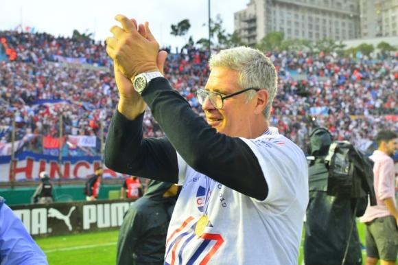 Álvaro Gutiérrez le agradece a los hinchas los cánticos que bajaban de la tribuna. Foto: Gerardo Pérez.
