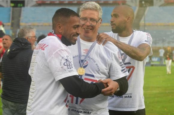 Álvaro Gutiérrez es saludado por Álvaro Pereira y Luis Mejía. Foto: Francisco Flores