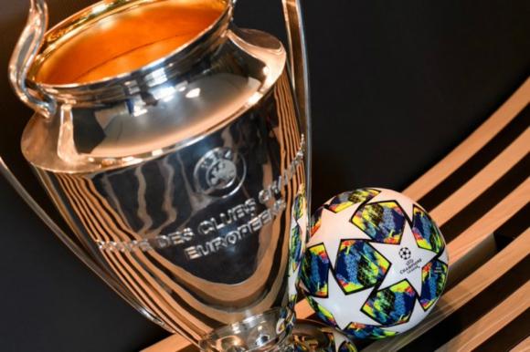 El trofeo y el balón de la Champions League