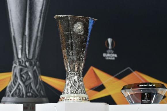 El trofeo de la UEFA Europa League en el sorteo. Foto: AFP