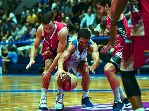 Marcos Cabot en la disputa del balón en el Malvín vs. Sayago