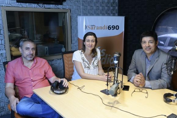 Aldo Silva, Valeria Superchi y Garbriel Pereyra, las voces de Informativo Sarandí. Foto: Leonardo Mainé
