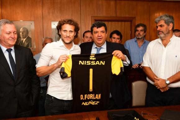Diego Forlán durante su presentación como entrenador de Peñarol. Foto: Gerardo Pérez.