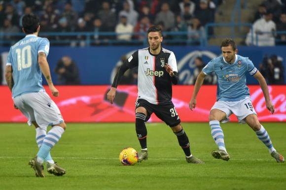 Rodrigo Bentancur en el duelo entre Juventus y Lazio por la Supercopa de Italia. Foto: AFP