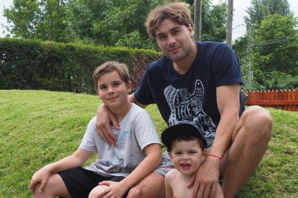 Rafael García junto a sus dos hijos, Lautaro y Valentín. Foto: Ricardo Figueredo.
