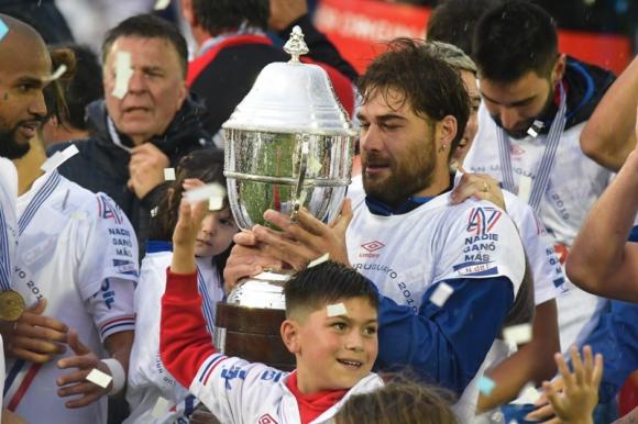 Rafael García celebrando con la copa luego de vencer a Peñarol. Foto: Leonardo Mainé.