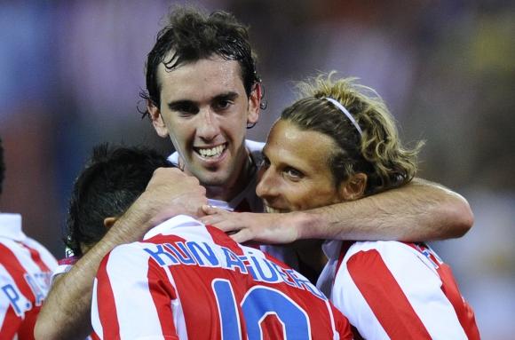 Diego Forlán en el Atlético de Madrid con Diego Godín. Foto: Archivo El País