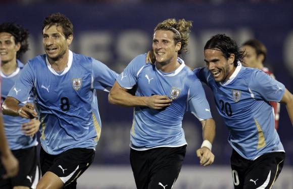 Sebastián Eguren, Diego Forlán y el Tata González el día que se transformó en el máximo goleador de la Selección. Foto: Archivo El País