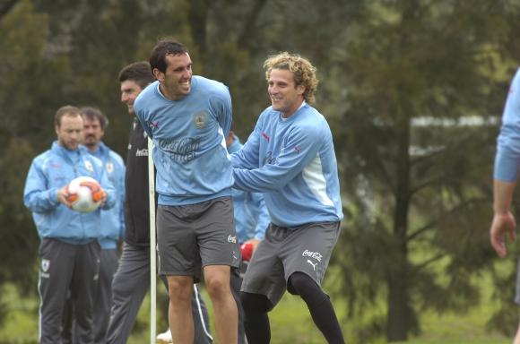 Forlan junto a Diego Godín en una práctica de la Selección: Foto: Archivo El País
