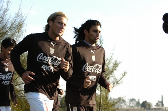 Diego Forlán y Carlos Bueno. Foto: Archivo El País