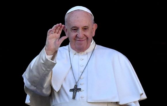 El papa Francisco saluda desde el balcón de la basílica de San Pedro. Foto: AFP.