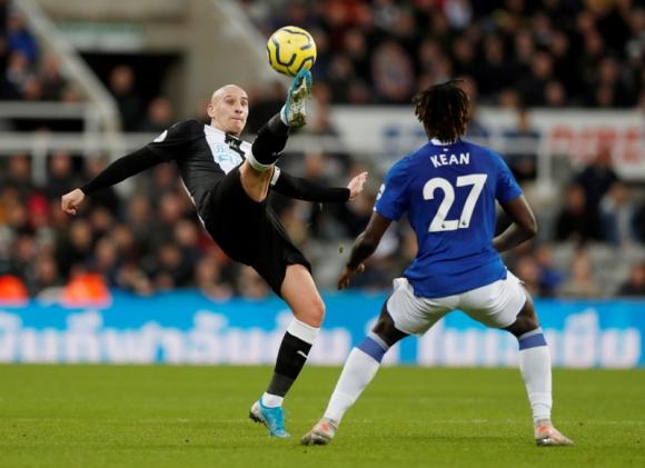 Newcastle United vs Everton, Jonjo Shelvey ante Moise Kean. Foto: Reuters.