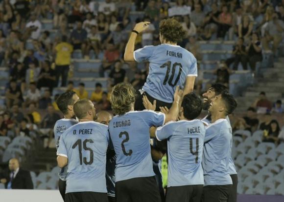 Diego Forlán festeja uno de los tantos anotados en la noche junto a sus compañeros de selección. Foto: Leonardo Mainé.