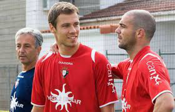 Krisztian Vadocz junto a Walter Pandiani en el Osasuna.