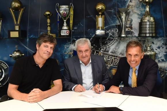 Miguel Ángel Russo firmando su nuevo contrato con Boca Juniors. Foto: @BocaJrsOficial