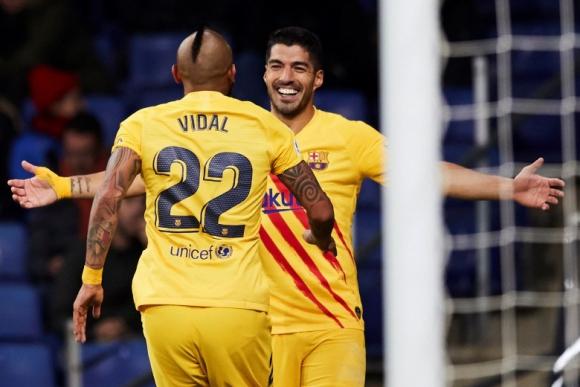 """Arturo Vidal le agradece a Luis Suárez la asistencia del """"Pistolero"""". Foto: EFE."""