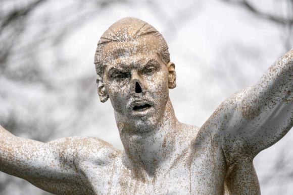 En uno de los ataques le habían cortado la nariz a la estatua de Zlatan