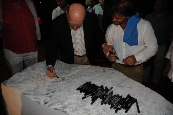 Luis Lacalle Pou y Julio María Sanguinetti firman la piedra fundamental del Museo de Arte Latinoamericano. Foto: Ricardo Figueredo.
