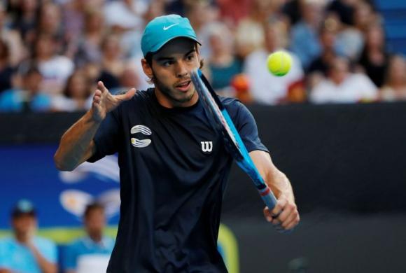 Franco Roncadelli en el juego frente a Roberto Bautista Agut por la ATP Cup. Foto: Reuters.