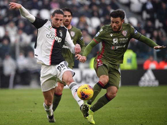Nahitan Nández en el duelo entre Cagliari y Juventus. Foto: AFP.