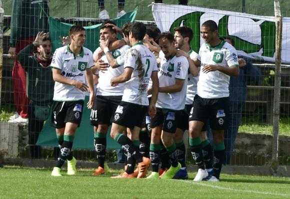 Jugadores de Racing festejando gol de Líber Quiñones ante Fénix.