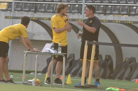 Diego Forlán y Cristian Rodríguez durante el primer entrenamiento del nuevo entrenador. Foto: Gerardo Pérez.
