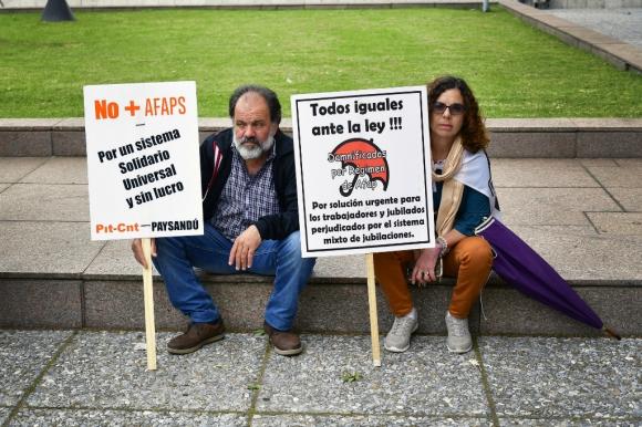 Protesta de cincuentones en el Palacio Legislativo. Foto: Fernando Ponzetto