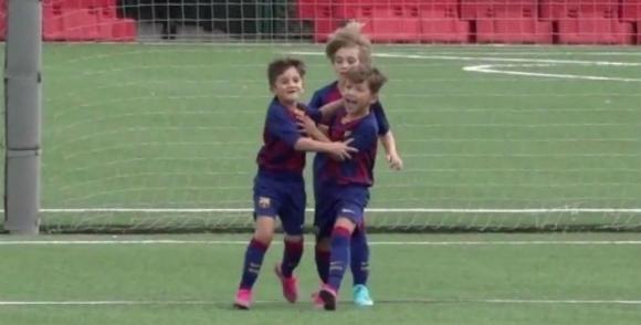 Thiago Messi y Benjamín Suárez festejan el gol en FCB Escola. Foto: Captura