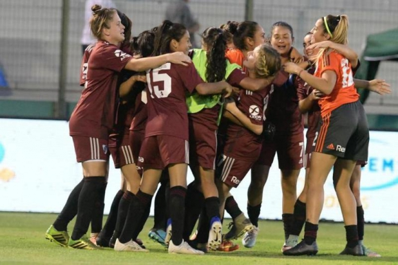 El festejo de las chicas de River Plate tras el triunfo ante Nacional. Foto: Gerardo Pérez.