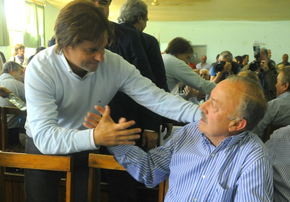 El exintendente Juan Chiruchi recibe un apretón de manos del presidente electo Luis Lacalle Pou durante una reunión política. Foto: Archivo El País
