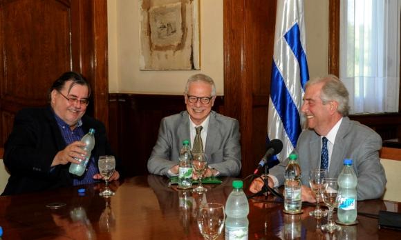 El presidente Vázquez junto al ministro Jorge Basso y al intendente blanco Eber da Rosa, durante el lanzamiento del IMAE. Foto: Presidencia