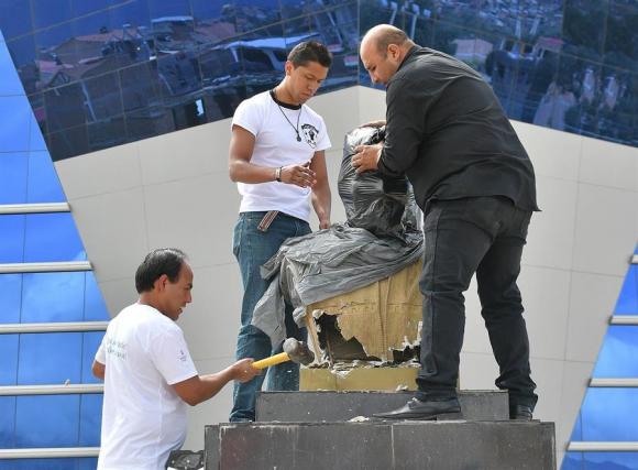A martillazos: así sacó el ministro de deportes de Bolivia un busto de Evo Morales. Foto: EFE