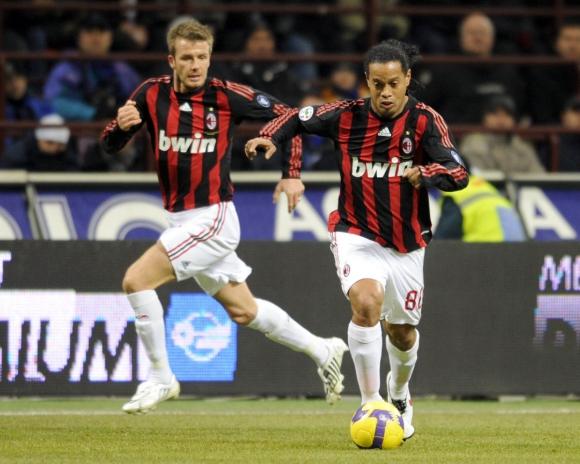 Ronaldinho y David Beckham en el Milan de Italia. Foto: Archivo El País