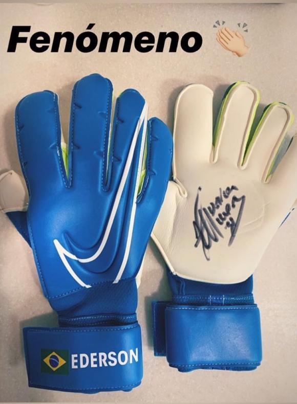 El regalo de los guantes que Ederson le hizo a Cristopher Fiermarín. Foto: Instagram / crisfiermarin1